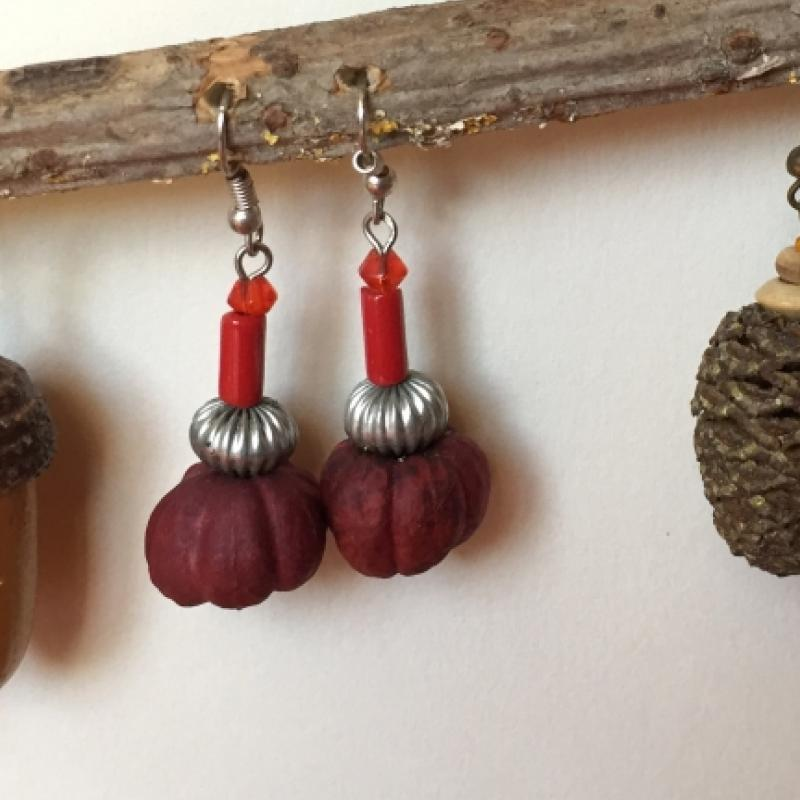 Graine rouge de cornouiller en boucles d'oreilles - photo vitrine